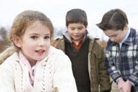 少女と二人の少年 24003000286| 写真素材・ストックフォト・画像・イラスト素材|アマナイメージズ