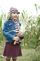 乾燥とうもろこしを手に持つ少女 24003000291  写真素材・ストックフォト・画像・イラスト素材 アマナイメージズ