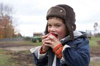りんごを食べる少年