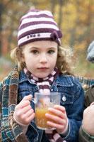アップルサイダーを飲む少女