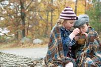 木の上でアップルサイダーを飲む少年と少女 24003000316A| 写真素材・ストックフォト・画像・イラスト素材|アマナイメージズ