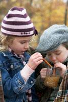 アップルサイダーを飲む少年と少女