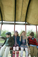 トラクターの荷台に座る子供たち