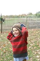 頭を抱えて笑う少年 24003000326  写真素材・ストックフォト・画像・イラスト素材 アマナイメージズ
