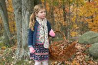 落ち葉を入れた籠を持つ少女 24003000330| 写真素材・ストックフォト・画像・イラスト素材|アマナイメージズ