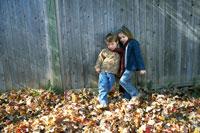 マフラーを一緒に首に巻く少年と少女