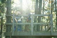 ツリーハウスで遊ぶ少女達 24003000344A| 写真素材・ストックフォト・画像・イラスト素材|アマナイメージズ