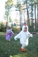 ハロウィーン衣装を着て外で遊ぶ子供達 24003000345| 写真素材・ストックフォト・画像・イラスト素材|アマナイメージズ
