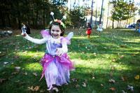 ハロウィーン衣装を着て外で遊ぶ子供達 24003000346| 写真素材・ストックフォト・画像・イラスト素材|アマナイメージズ