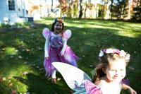 ハロウィーン衣装を着て外で遊ぶ子供達 24003000347| 写真素材・ストックフォト・画像・イラスト素材|アマナイメージズ