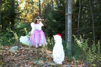 ハロウィーン衣装を着て外で遊ぶ子供達