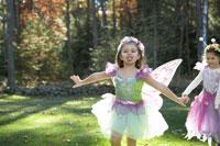 ハロウィーン衣装を着て外で遊ぶ子供達 24003000350| 写真素材・ストックフォト・画像・イラスト素材|アマナイメージズ