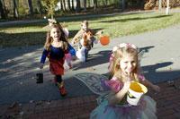 ハロウィーン衣装を着て家を訪ねる子供達 24003000357| 写真素材・ストックフォト・画像・イラスト素材|アマナイメージズ