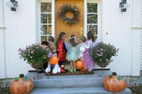 ハロウィーン衣装を着て家を訪ねる子供達