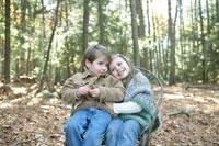 一つの椅子に仲良く座る少年と少女 24003000361B| 写真素材・ストックフォト・画像・イラスト素材|アマナイメージズ