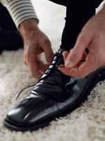 革靴を履いている白人男性