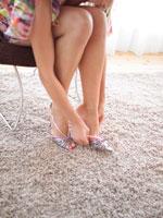 靴を履いている白人女性 24005000047| 写真素材・ストックフォト・画像・イラスト素材|アマナイメージズ