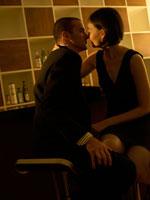 キスをする白人カップル 24005000070| 写真素材・ストックフォト・画像・イラスト素材|アマナイメージズ