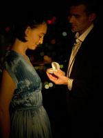 プロポーズをしている白人男性 24005000089| 写真素材・ストックフォト・画像・イラスト素材|アマナイメージズ