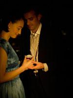 プロポーズをしている白人男性 24005000090| 写真素材・ストックフォト・画像・イラスト素材|アマナイメージズ