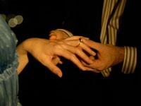 白人女性に指輪をはめている白人男性の手 24005000091| 写真素材・ストックフォト・画像・イラスト素材|アマナイメージズ