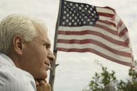 アメリカ国旗を眺める男性
