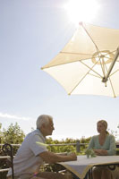 テラスでコーヒーを飲む夫婦 24007000041A  写真素材・ストックフォト・画像・イラスト素材 アマナイメージズ