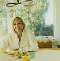 ガウンを着て朝食を食べる女性