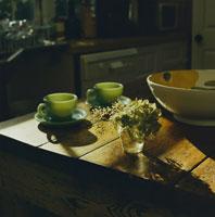 キッチンテーブルに置かれたコーヒーカップと花