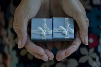 プレゼントを受け取る女性の手