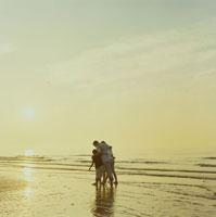 夕陽の海岸を散歩する夫婦と息子と娘 24007000139| 写真素材・ストックフォト・画像・イラスト素材|アマナイメージズ