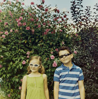 花の前でサングラスをかけて微笑む少年と少女 24007000143| 写真素材・ストックフォト・画像・イラスト素材|アマナイメージズ
