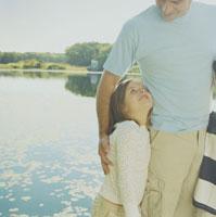 湖畔で父に寄り添う娘