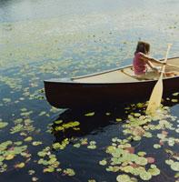 湖でボートを漕ぐ少女