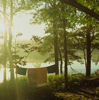 湖畔に干されたブランケットとハンモック