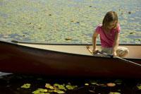 ボートの上で釣りをする少女 24007000210| 写真素材・ストックフォト・画像・イラスト素材|アマナイメージズ
