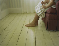 ソファーに座った母親の膝に座った男の子 24007000241| 写真素材・ストックフォト・画像・イラスト素材|アマナイメージズ