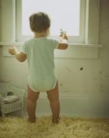 窓辺で遊んでいる男の子 24007000278| 写真素材・ストックフォト・画像・イラスト素材|アマナイメージズ
