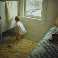 窓辺で遊んでいる男の子 24007000279| 写真素材・ストックフォト・画像・イラスト素材|アマナイメージズ