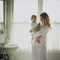 バスルームで母親に抱っこされている男の子