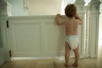 家の中を散歩する男の子 24007000294| 写真素材・ストックフォト・画像・イラスト素材|アマナイメージズ