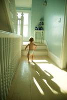家の中を散歩する男の子 24007000295| 写真素材・ストックフォト・画像・イラスト素材|アマナイメージズ