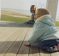 笑っている女の子と母親