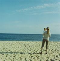 ビーチで遊ぶ母親と女の子