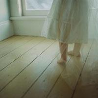 天使の格好をした女の子の足元