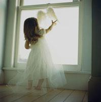 天使の格好をした女の子の後姿