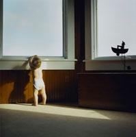 窓辺から外を見ようとしている男の子 24007000365| 写真素材・ストックフォト・画像・イラスト素材|アマナイメージズ