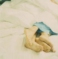 ベッドで寄り添って寝ているカップルの足 24007000398| 写真素材・ストックフォト・画像・イラスト素材|アマナイメージズ
