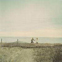 浜辺を走っているカップル