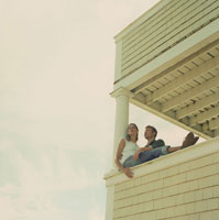 ポーチから景色を眺めるカップル